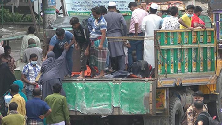 ঢাকা-টাঙ্গাইল মহাসড়কে পোশাক শ্রমিকদের ঢল