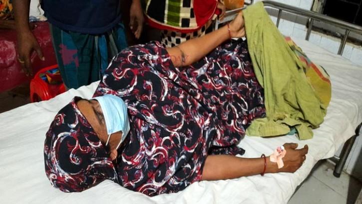 মোংলায় ঘেরের মাছ চুরিতে বাঁধা দেয়ায় দুই নারীকে পিটিয়ে ও কুপিয়ে জখম