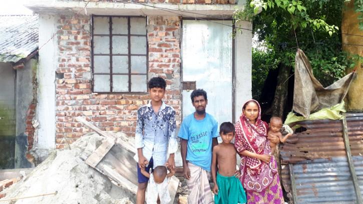 পিরোজপুরে ভুমিহীন নাছির কে ঘর নির্মাণ করে দিলেন জেলা পরিষদের চেয়ারম্যান