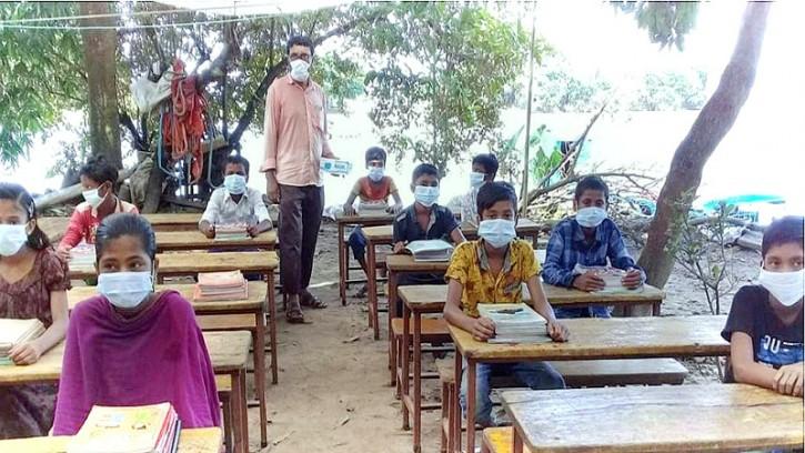 প্রখর রৌদের মধ্যেই শিশু শিক্ষার্থীদের ত্রীপাল টানিয়ে পাঠদান