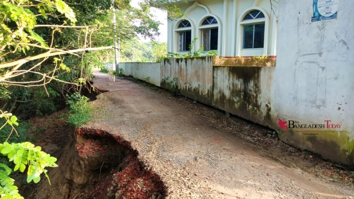 সড়ক ভেঙ্গে বিলীন হওয়ার পথে গ্রামের একমাত্র জামে মসজিদটি