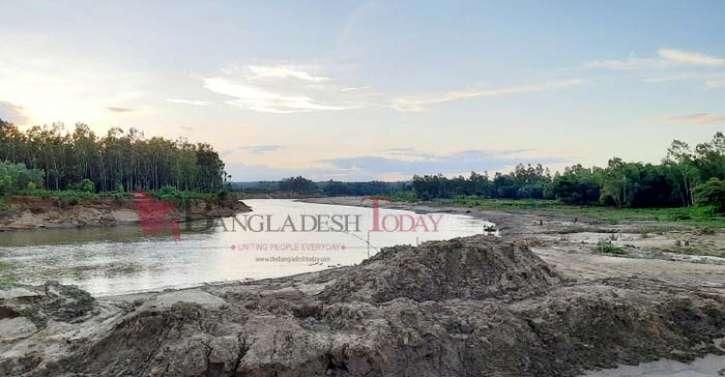 ভোগাই নদীর তীর ধ্বংস করে বালু উত্তোলন