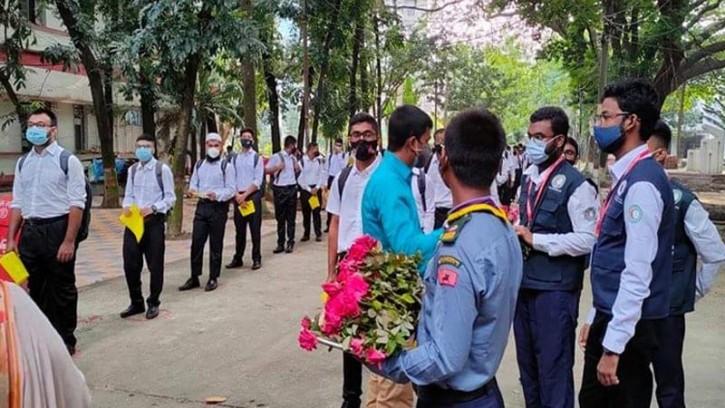 ঢাকা কলেজে ফুল দিয়ে বরণ করে নেওয়া হলো শিক্ষার্থীদের