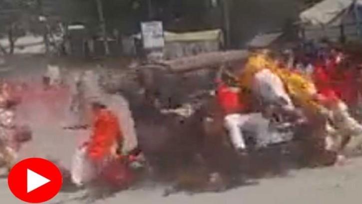 ভারতে বিজয়া দশমীর মিছিলের ওপর দিয়ে গাড়ি চালিয়ে কয়েকজনকে পিষে পালাল গাড়িচালক